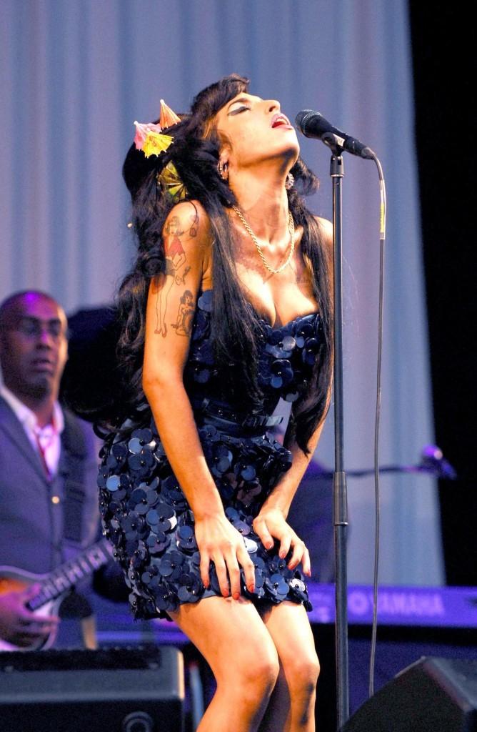 Amy arrive quand même à assurer sur scène !