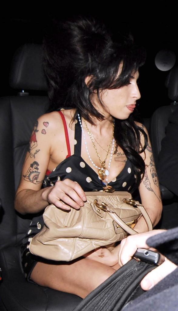 Sur cette photo, Amy a carrément une substance blanche sous son nez...