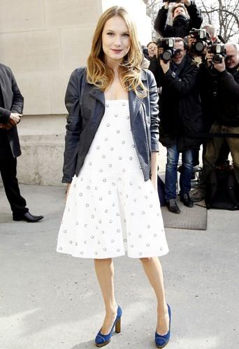 Photos : Ana Girardot : pleine de charme et naturelle pour assister au défilé Chanel !