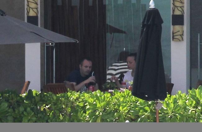Andrés Iniesta et sa femme Anna Ortiz lors de leur lune de miel à Cancun, le 15 juillet 2012.