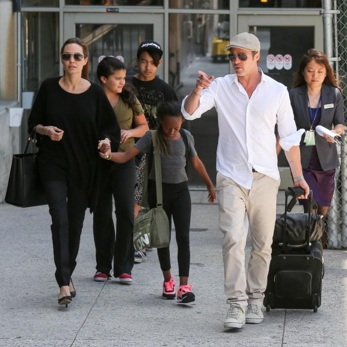 Photos : Angelina Jolie : après avoir été distinguée par la reine d'Angleterre, retour à L.A en famille !