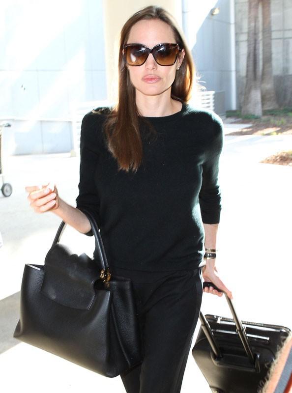 Angelina Jolie et son fils aîné, Maddox, à l'aéroport de Los Angeles