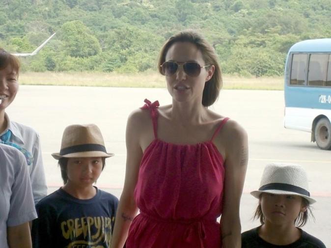 Angelina Jolie à l'aéroport avec Pax et maddox !