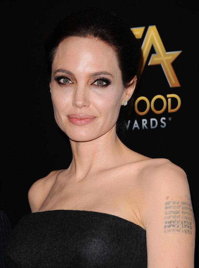Photos : Angelina Jolie commence à effacer ses tatouages en référence à Brad Pitt !