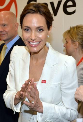 Photos : Angelina Jolie : elle exhibe bien un gros caillou à sa main gauche !