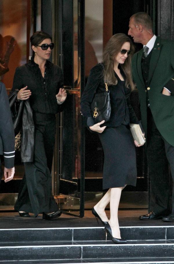 Elegante et sûre d'elle, Angelina Jolie quitte son hôtel