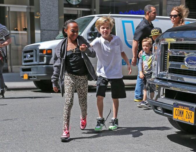 Angelina Jolie avec sa tribu à New-York le 13 mai 2013