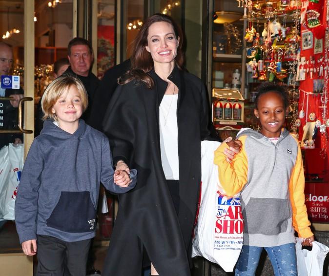 Photos : Angelina Jolie : maman comblée, séance shopping avec Shiloh et Zahara !