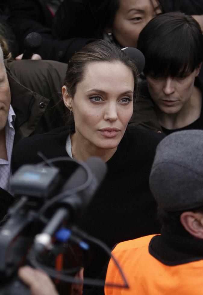 Photos : Angelina Jolie : elle ne lâche pas les réfugiés en Grèce !