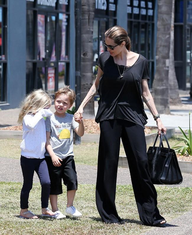 Angelina Jolie en virée shopping avec ses enfants à Queensland, en Australie, le 26 octobre 2013