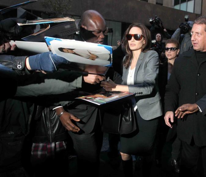 Angelina Jolie : une working girl souriante qui a du temps pour ses fans !