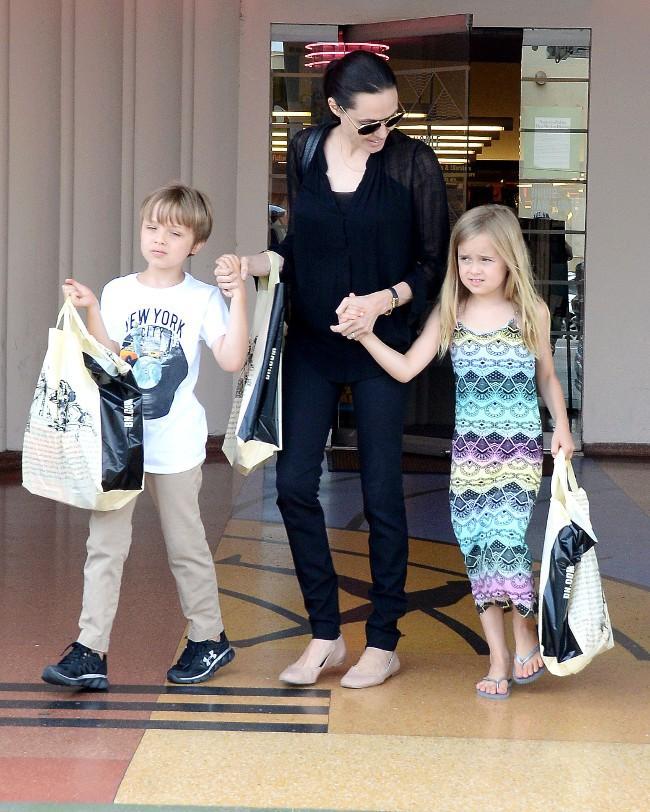 Angelina Jolie avec ses enfants Knox et Vivienne à Los Angeles le 19 juillet 2015