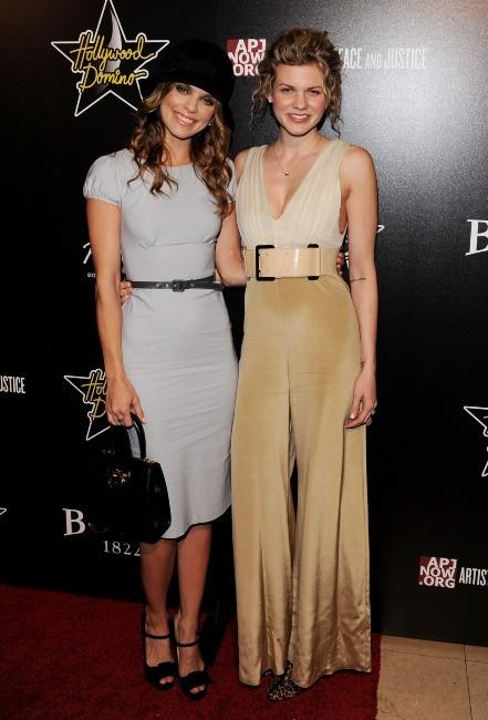 AnnaLynne McCord et sa soeur Angel lors de la soirée Hollywood Domino Gala and Tournament à Hollywood, le 23 février 2012.
