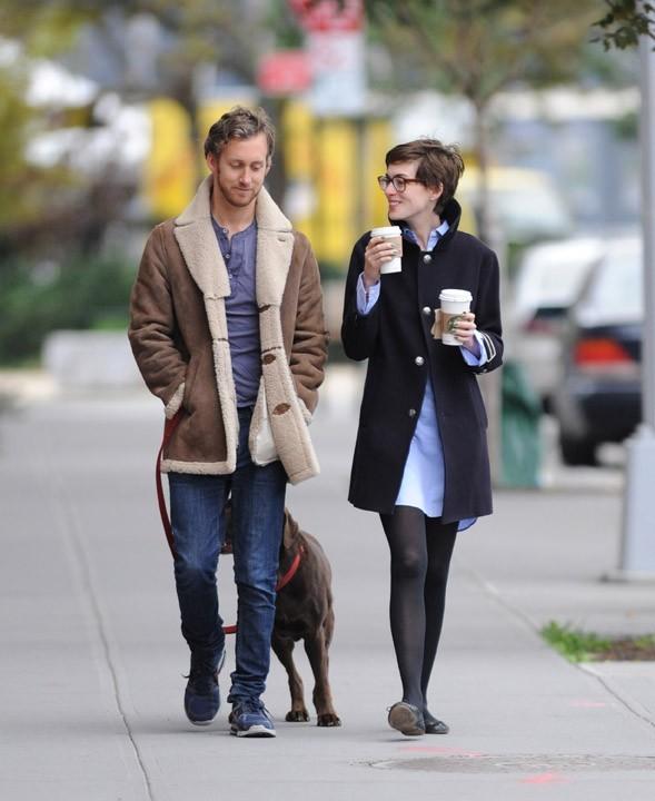 Anne Hathaway avec son mari Adam Shulman à New-York le 23 novembre 2012