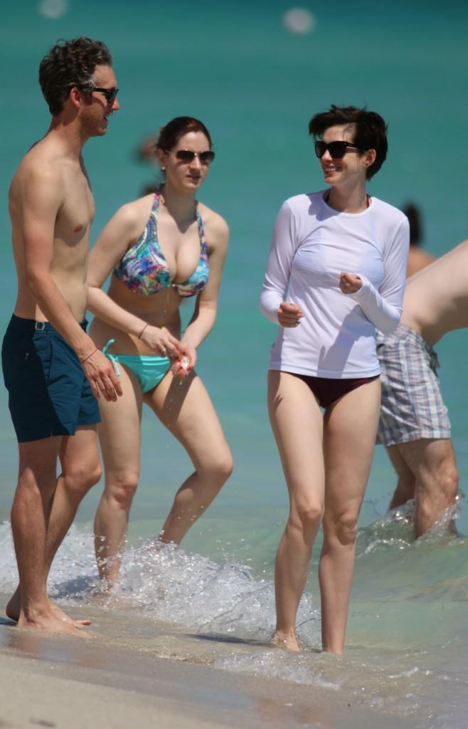 Photos : Anne Hathaway : doux baisers et doigts d'honneur en direct de Miami !
