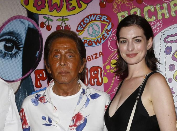 Photos : Anne Hathaway fait pâle figure face à un Valentino cramé !