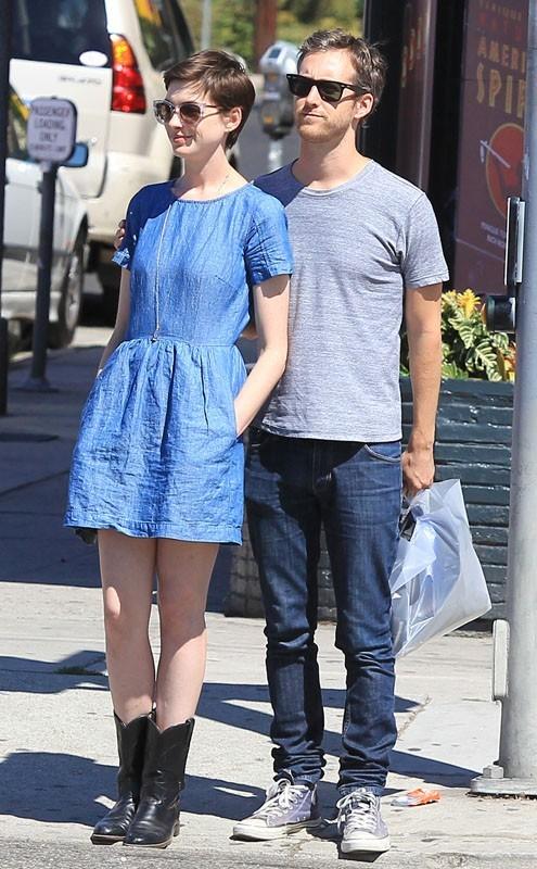 Anne Hathaway et son fiancé dans les rues de LA