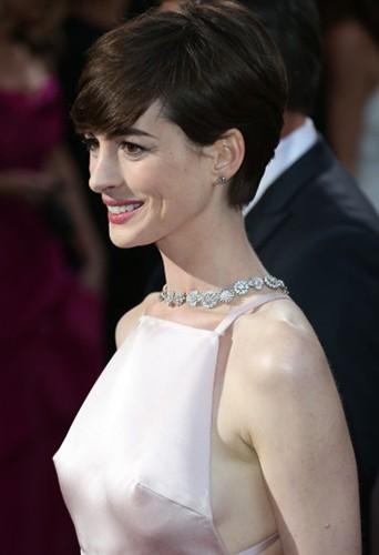 Photos : Anne Hathaway : ses tétons font parler d'elle sur la toile !
