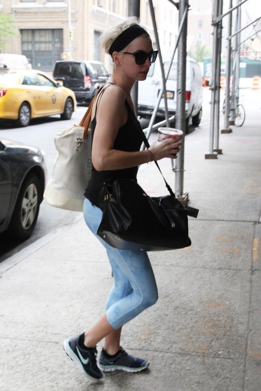 Anne Hathaway, moulée dans son leggings pour aller à la salle de sport