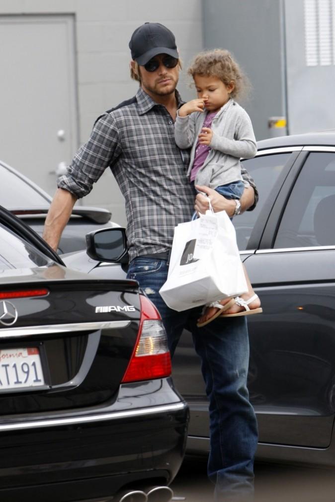 Gabriel Aubry et sa fille Nahla sortant d'un restaurant de Los Angeles, le 17 mars 2011.