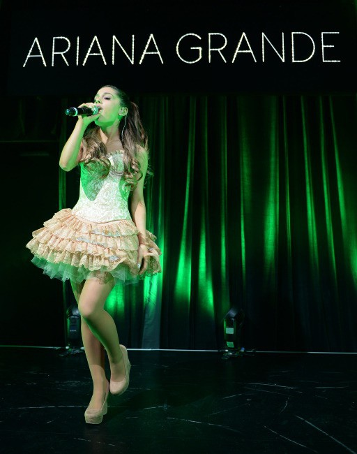 Ariana Grande en showcase à Londres, le 7 novembre 2013.