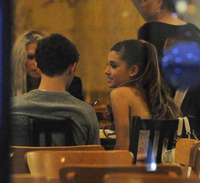"""Ariana Grande et Nathan Sykes """"in love"""" dans le restaurant Manna à Londres, le 7 novembre 2013."""