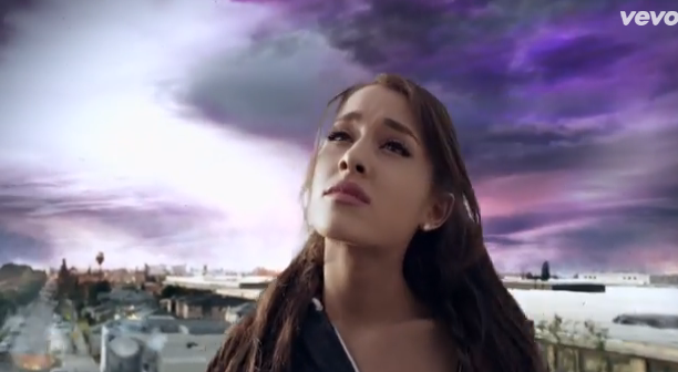 "Photos : Ariana Grande : scénario catastrophe dans le clip de ""One Last Time"" !"