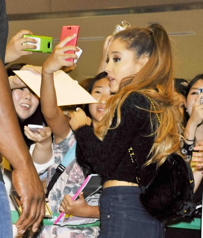 """Ariana Grande : super """"kawaï"""" avec ses fans japonaises !"""