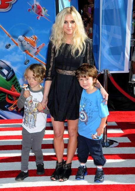 """Ashlee Simpson et son fils Bronx Mowgli lors de la première du film d'animation """"Planes"""" à Hollywood, le 5 août 2013."""