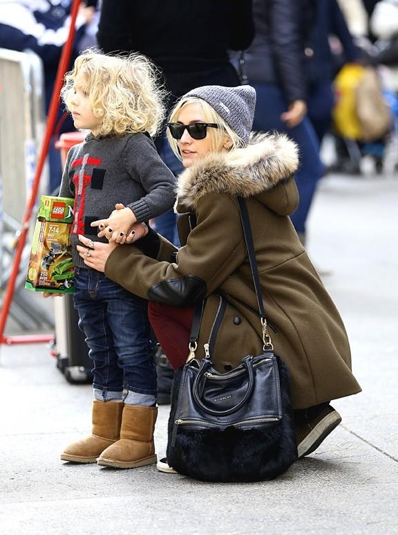 Ashlee Simpson avec son fils Bronx et un mystérieux jeune homme à New-York le 28 novembre 2012