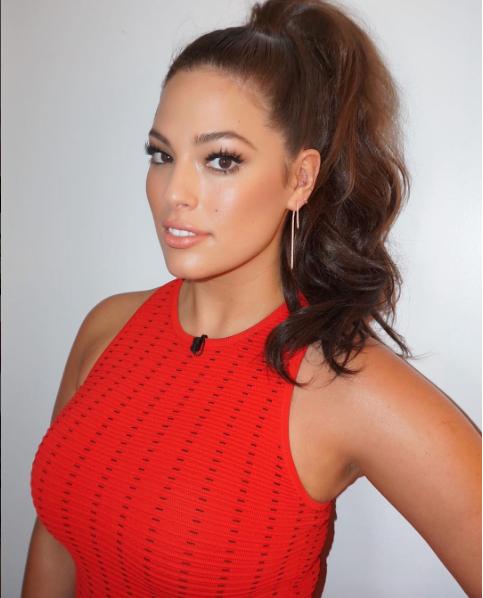 Robe rouge, maquillage impeccable et silhouette affinée, c'est une nouvelle Ashley !