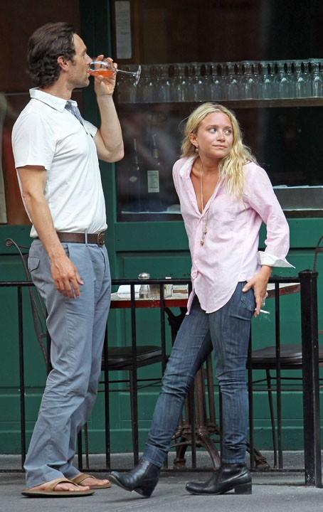 Ashley Olsen, détendue, en compagnie d'un mystérieux homme !