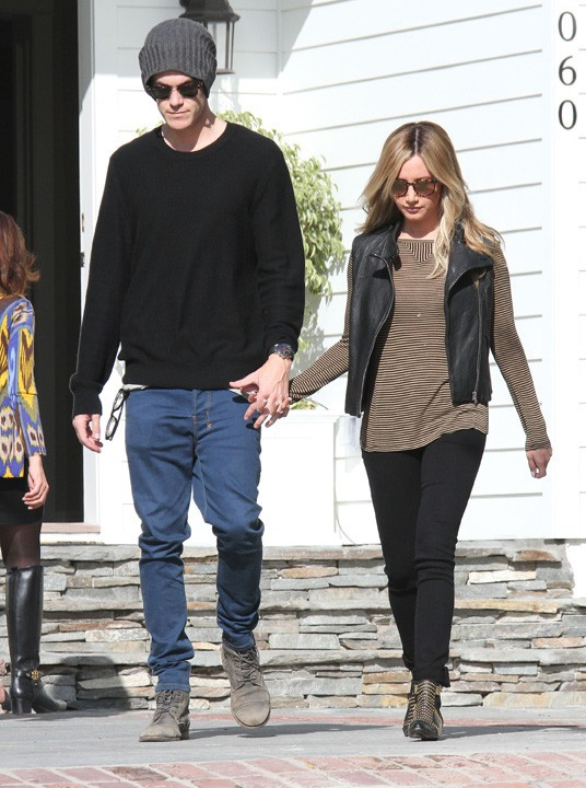 Ashley Tisdale avec son fiancé Christopher French à Los Angeles le 27 octobre 2013