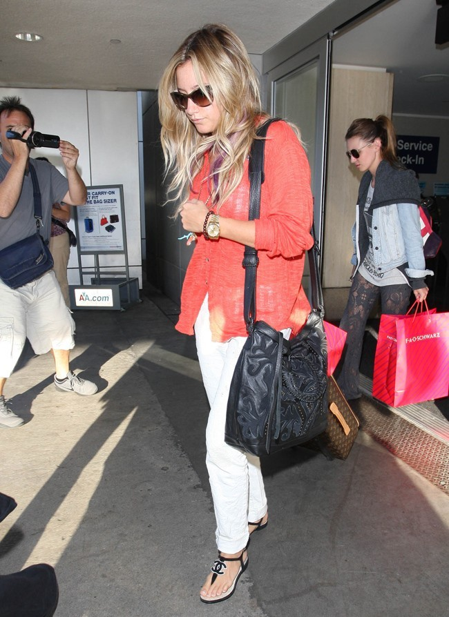 Ashley Tisdale arrive à Los Angeles le 20 juillet 2012
