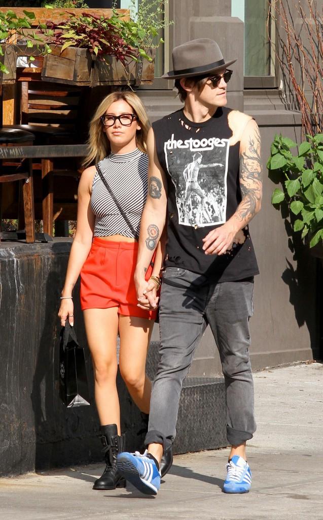 Ashley Tisdale : son arme contre les paparazzi ? Leur tirer la langue !