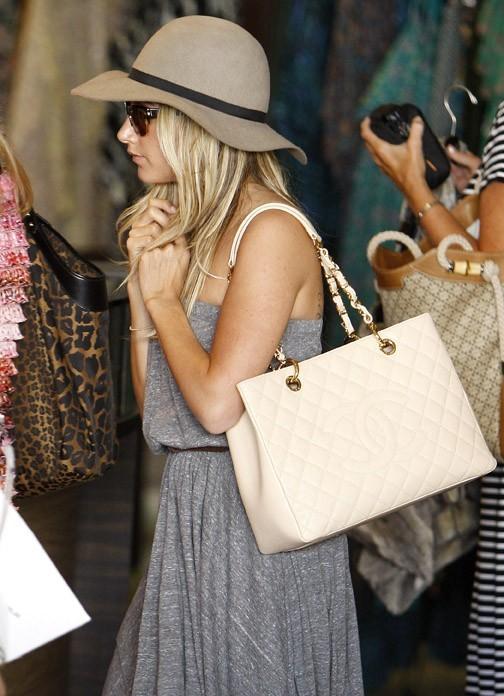 Ashley Tisdale en plein shopping chez Planet Blue à Beverly Hills, le 11 août 2011.