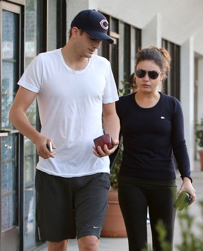 Ashton Kutcher et Mila Kunis le 19 octobre 2012 à Studio City, Los Angeles