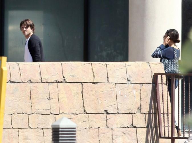 Ashton Kutcher se rend à la projection de Batman...suivi par Mila Kunis !