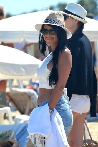 Ayem : rayonnante et sexy pour une virée à la plage, le 18 juillet 2014