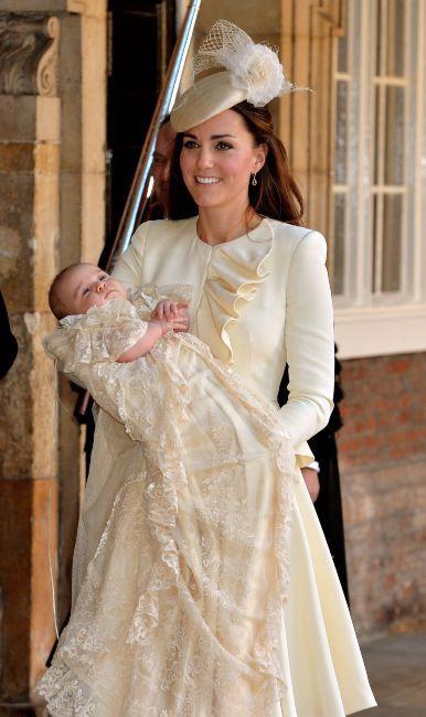 Kate Middleton et son fils le prince George à la sortie de son baptême au Palais St. James à Londres, le 23 octobre 2013.