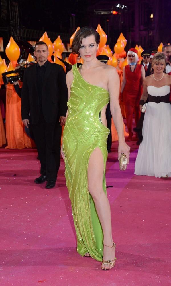 Milla Jovovich a dégainé une jambe fatale !