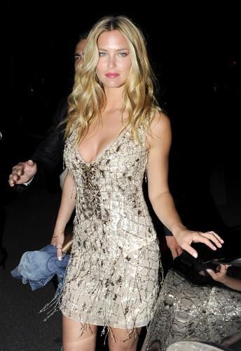 Toute aussi belle dans sa mini robe