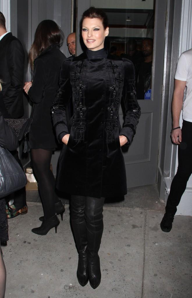 Linda Evangelista lors de la soirée d'ouverture de la nouvelle boutique Versace à New York, le 24 octobre 2012.