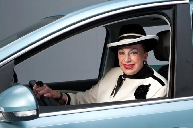 Chapeau, maquillage, uniforme noir et blanc, Geneviève de Fontenay est prête pour le voyage !