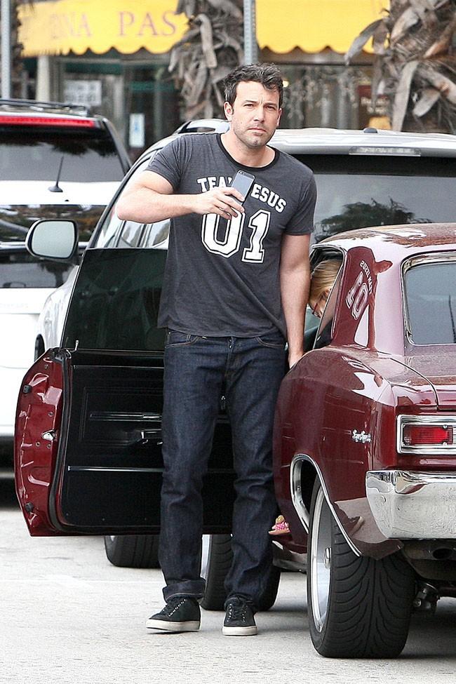 Ben Affleck avec sa fille Violet à une station de lavage de Los Angeles le 23 juillet 2013