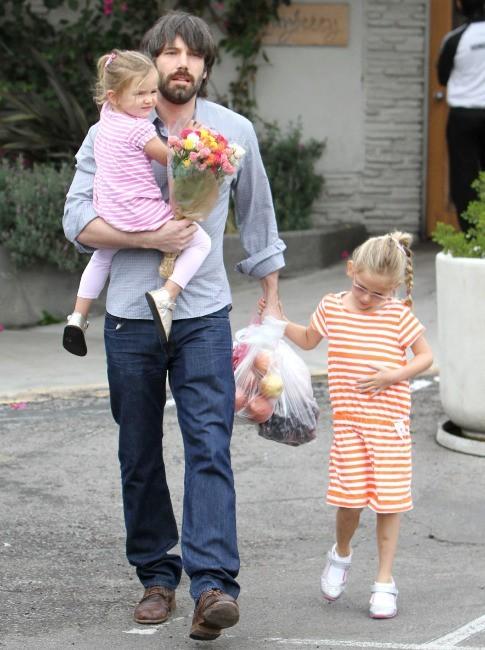 Le papa poule a emmené ses filles au marché !