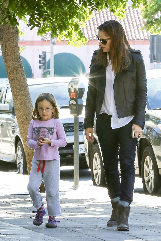 Jennifer Garner avec sa fille Seraphina à Brentwood le 24 septembre 2013