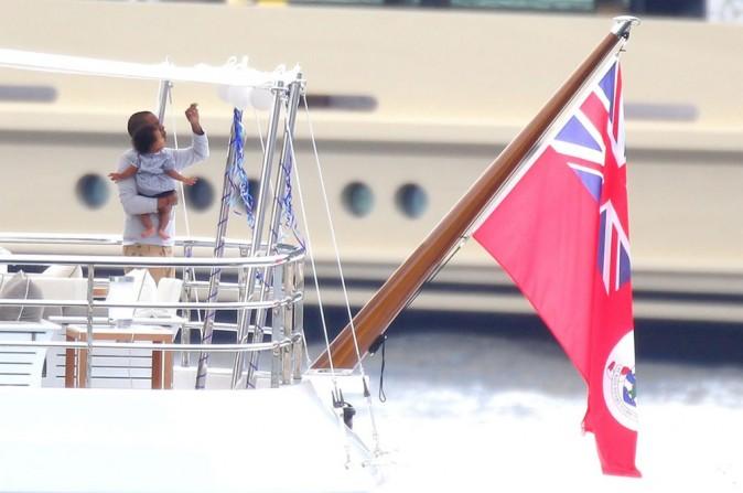 Jay Z avec Blue Ivy sur un yacht en Méditerranée le 4 septembre 2012
