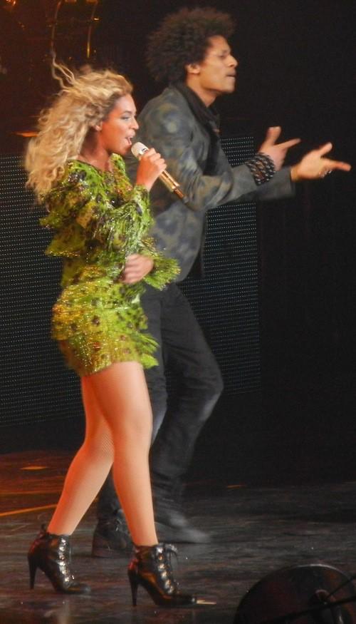 Photos : Beyoncé : elle adopte de nouveau les cheveux longs et bouclés pour la fin de sa tournée !