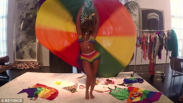 "Beyoncé dans son mini clip ""7/11 Pride"""